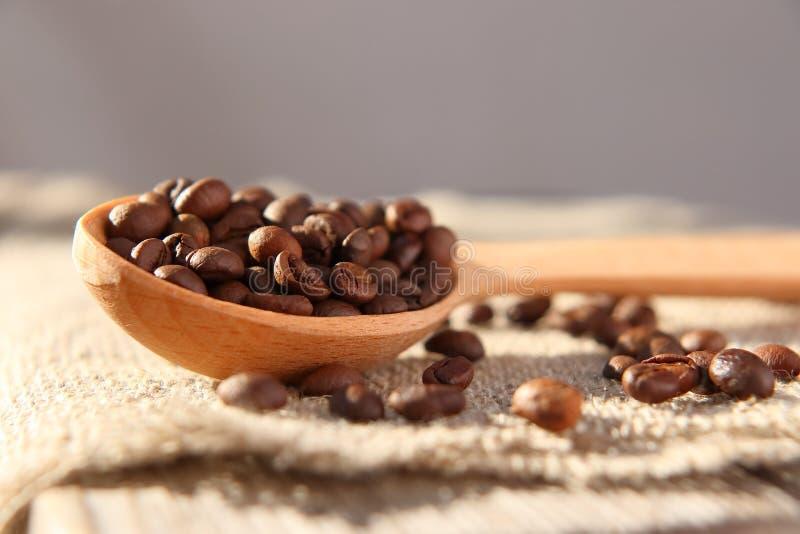 自然芬芳咖啡烤五谷  免版税库存图片