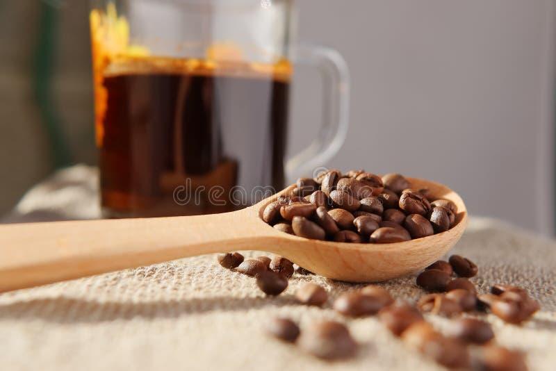 自然芬芳咖啡烤五谷  免版税库存照片