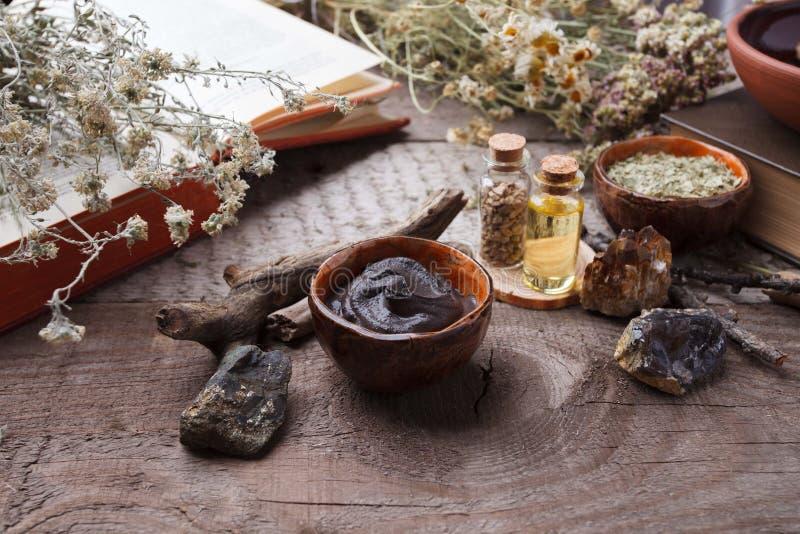 自然草本皮肤护理产品,顶视图成份 化妆油,黏土,海盐,草本,植物叶子 库存图片
