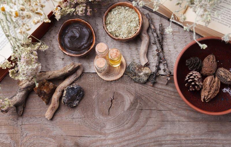 自然草本皮肤护理产品,顶视图成份 化妆油,黏土,海盐,草本,植物叶子 免版税库存照片