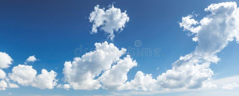 自然蓝色多云天空 全景背景 图库摄影