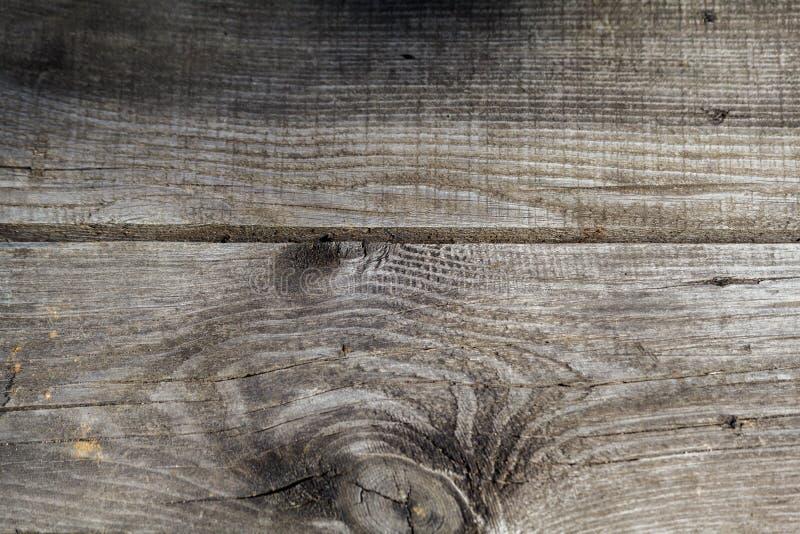 自然被打结的灰色风化了木板条纹理背景 库存照片