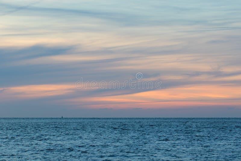 自然被洗涤的淡色cloudscape 海和小束的云彩天空在黎明 软的背景图象 免版税库存照片