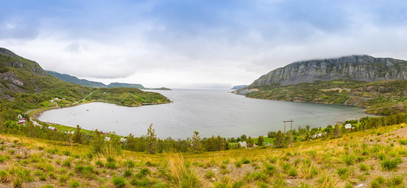 自然视图全景与海湾和山,挪威的 免版税库存照片