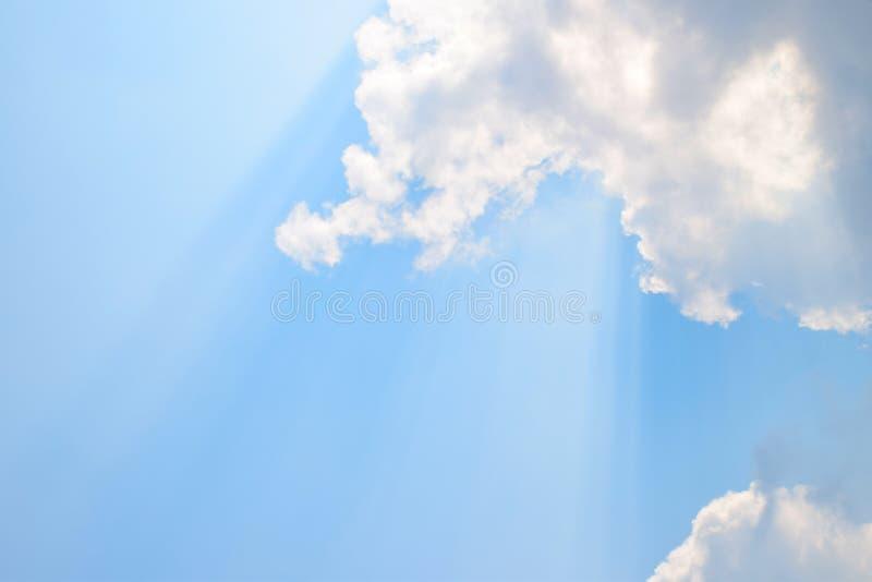 自然软的云彩样式和阳光在蓝天背景发出光线 库存照片