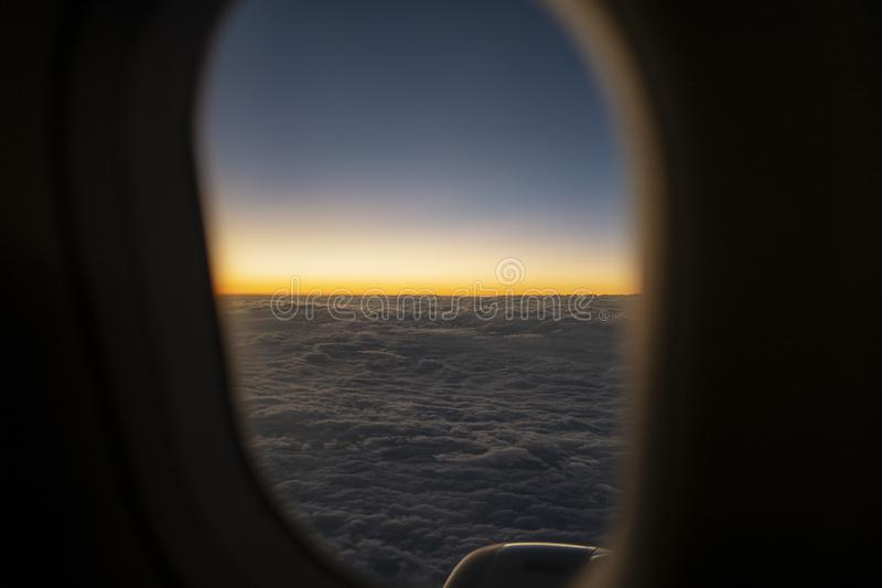 自然风景蓝色地平线和cloudscape在微明下 库存图片