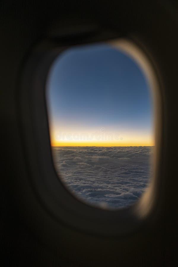 自然风景蓝色地平线和cloudscape在微明下 库存照片