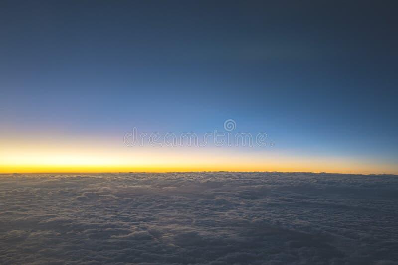 自然风景蓝色地平线和cloudscape在微明下 免版税库存照片