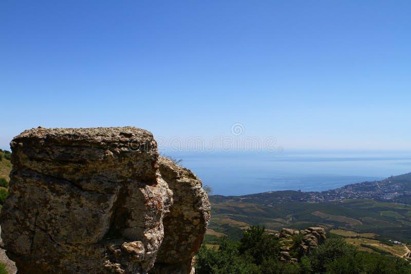 自然-在一次山峰会的孤立大石头照片在蓝天背景 图库摄影