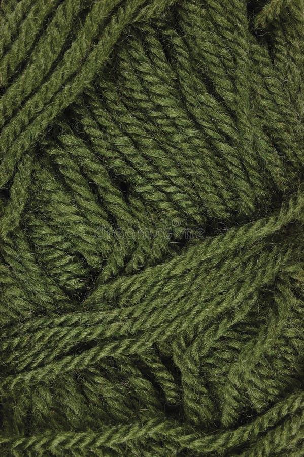 自然绿色美好的羊毛穿线纹理,垂直的织地不很细毛线线团宏观特写镜头背景样式 免版税库存图片