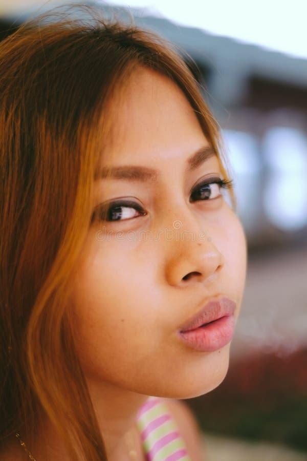 自然画象美好亚洲女孩微笑 亚洲秀丽 有美丽的面孔的亚裔妇女 免版税库存图片