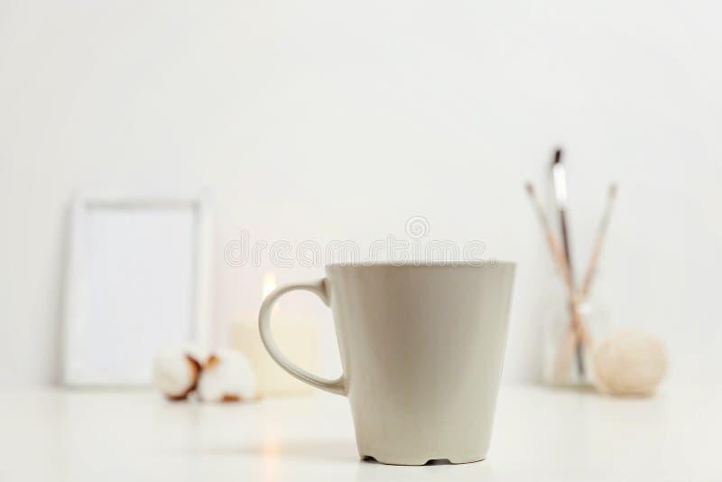 自然eco家装饰用在白色工作场所附近的杯子咖啡 免版税图库摄影