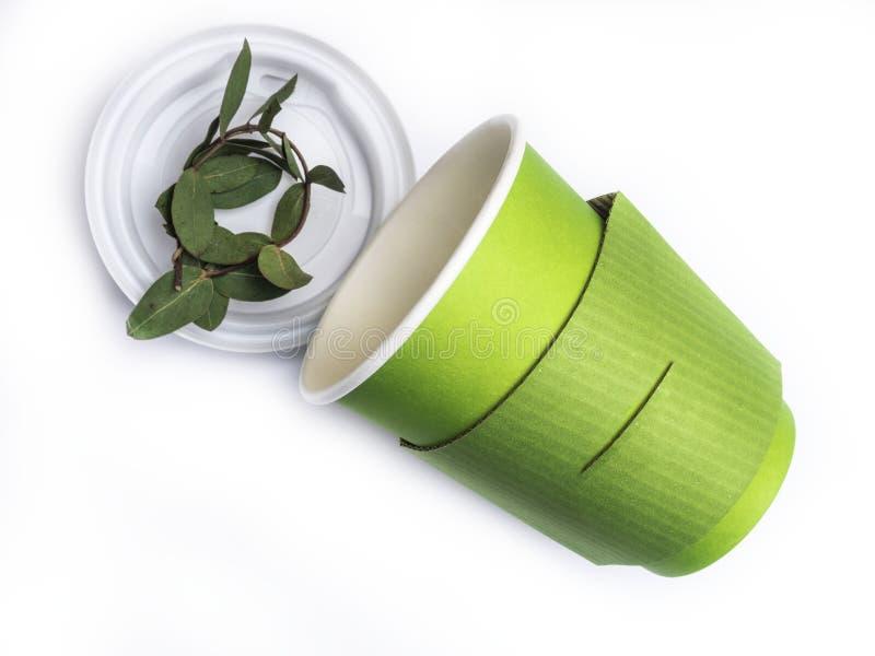 自然fgreen纸在白色背景隔绝的咖啡杯 库存图片