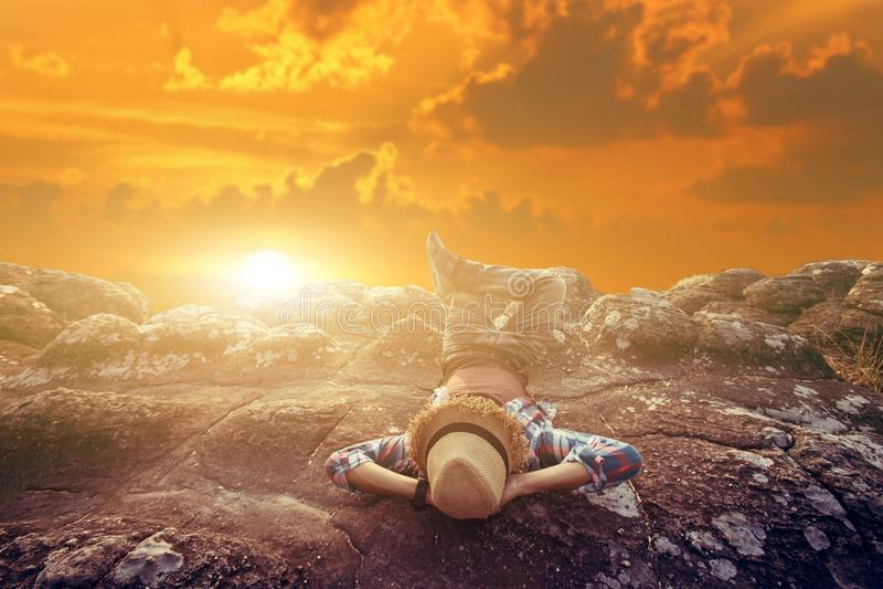 自由与自然的touristman放松在日落 免版税库存图片