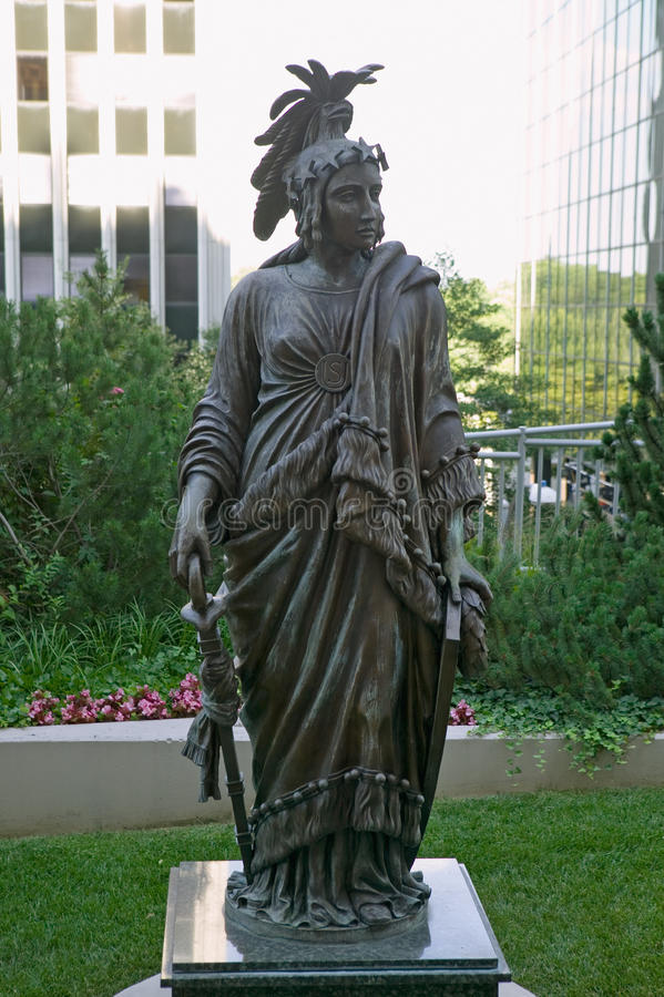 自由古铜色雕象的复制品由托马斯克劳福德的是美国国会大厦的圆顶的加冠的特点 免版税库存照片