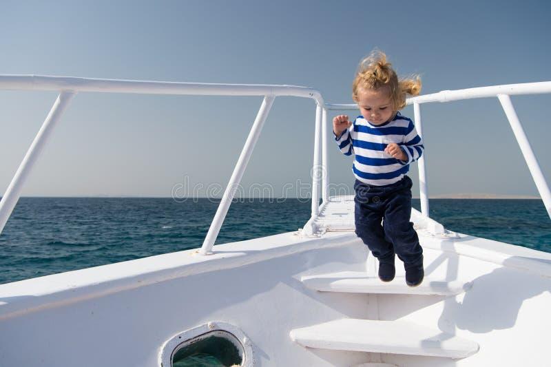 自由和喜悦 冒险男孩水手旅行的海 儿童逗人喜爱的水手无忧无虑的跃迁游艇弓 男孩可爱的水手 免版税库存图片