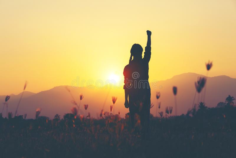 自由和成功-妇女愉快在草甸 自由的欢呼的女孩 免版税库存图片