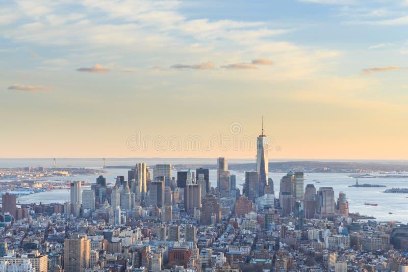 自由塔和街市曼哈顿地平线的看法 免版税库存照片