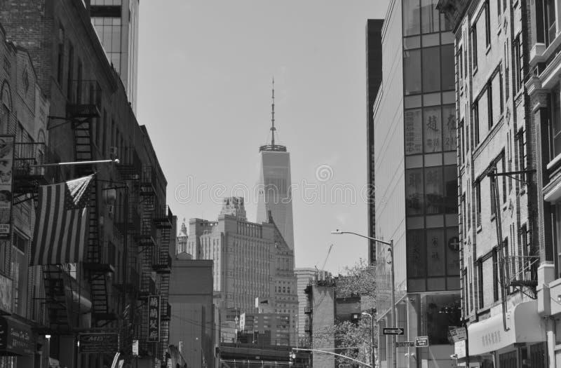 自由塔地平线视图从下东城NYC街道的 免版税库存照片