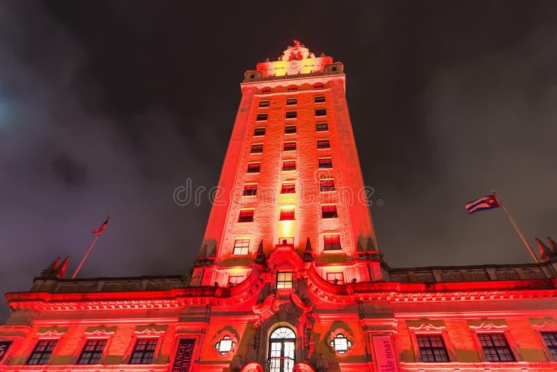 自由塔正面图在街市迈阿密在晚上 免版税库存图片