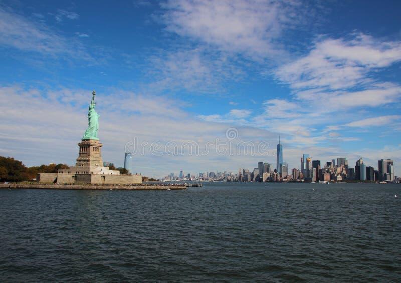 自由女神像和地平线街市纽约 免版税图库摄影