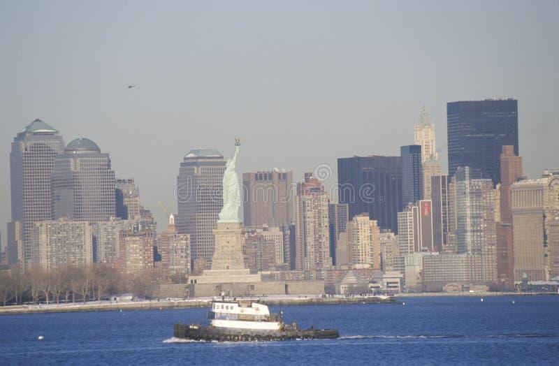 自由女神像和拖轮张贴9/11,不用世界贸易塔,曼哈顿地平线, NY 库存图片