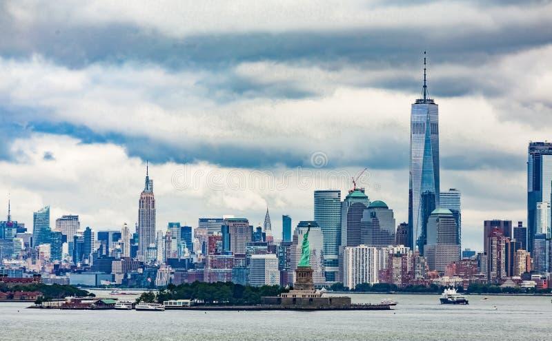 自由女神像和曼哈顿在背景中 免版税库存照片