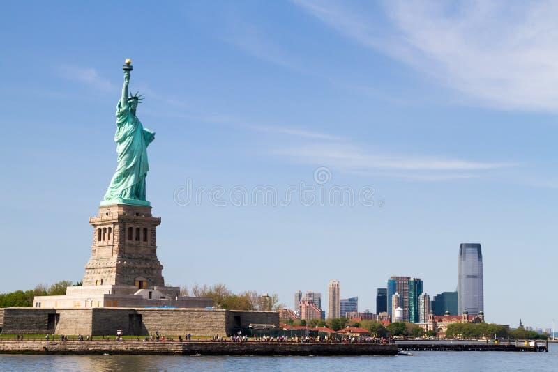 自由女神像和曼哈顿地平线在它后 免版税库存照片