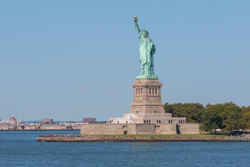 自由女神像和曼哈顿市地平线全景  免版税库存照片