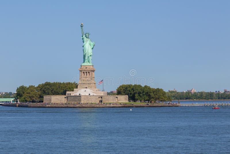 自由女神像和曼哈顿市地平线全景  免版税库存图片