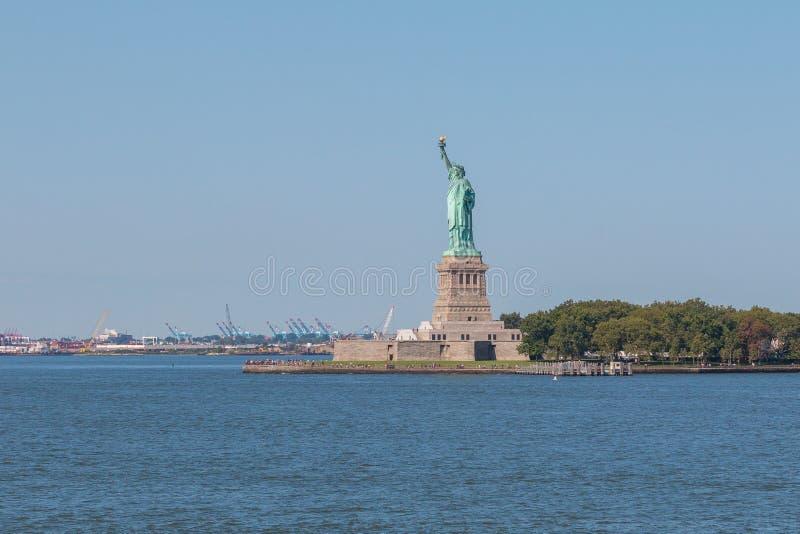自由女神像和曼哈顿市地平线全景  库存照片