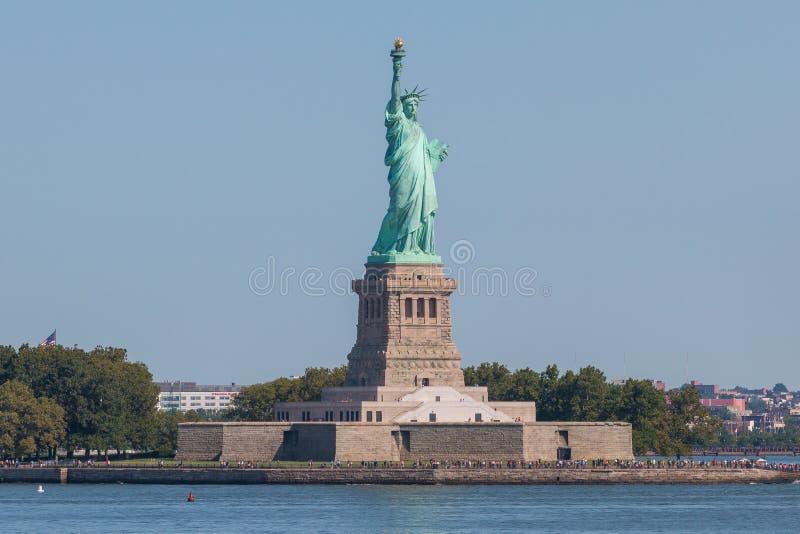 自由女神像和曼哈顿市地平线全景  图库摄影