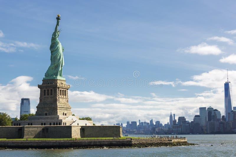 自由女神像和纽约地平线 免版税库存照片