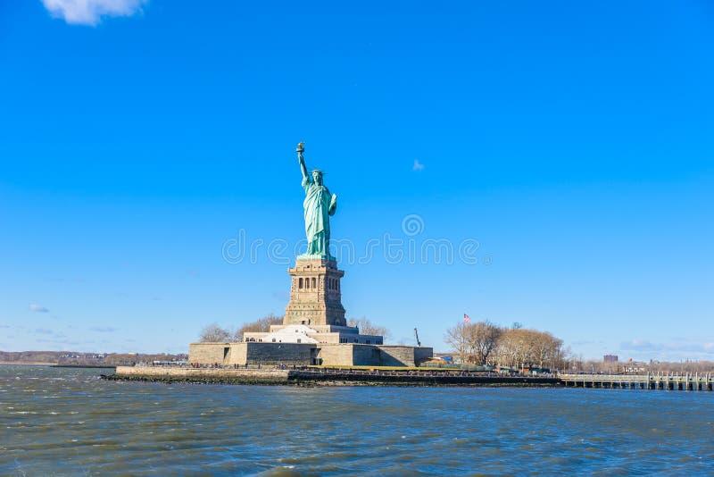 自由女神像在与天空蔚蓝,纽约,美国的一好日子 免版税库存照片