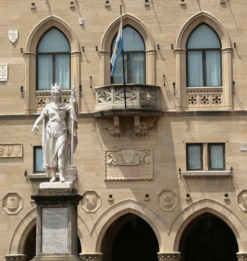 自由女神像在圣马力诺聚集地镇中心  库存照片