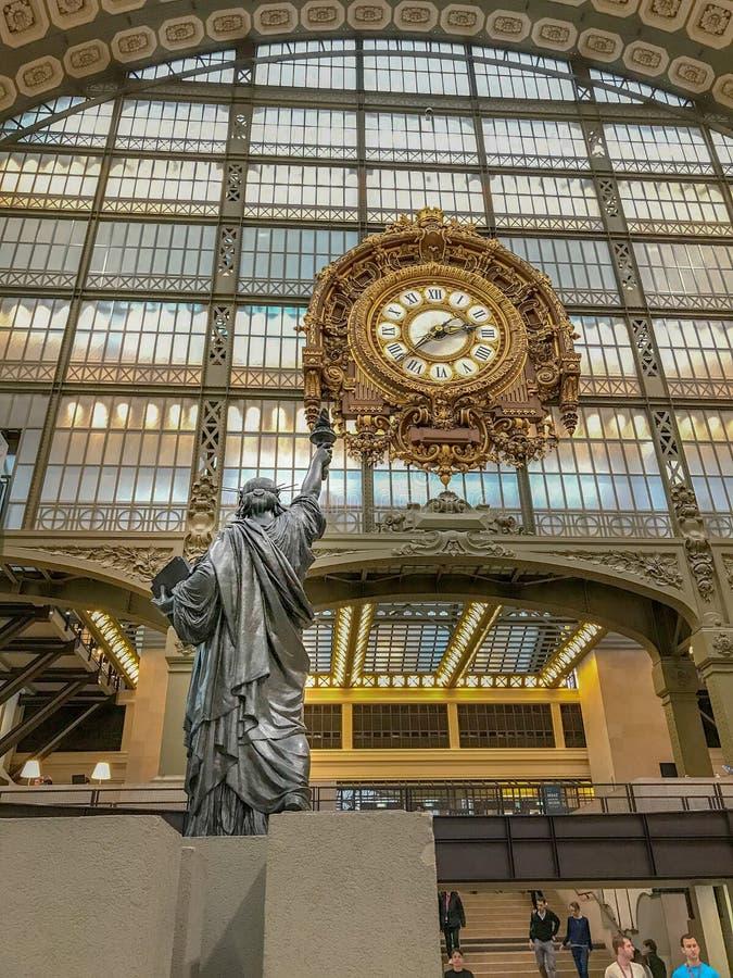 自由女神像拷贝到达往被镀金的时钟在奥赛博物馆,巴黎,法国 免版税库存图片