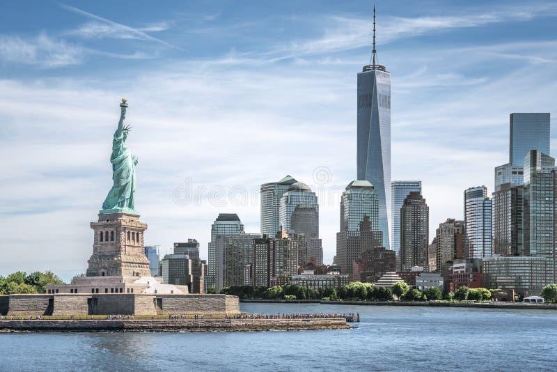 自由女神像有世界贸易中心一号大楼背景,纽约地标  免版税图库摄影