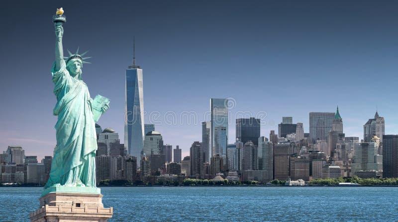 自由女神像有世界贸易中心一号大楼背景,纽约地标  库存照片