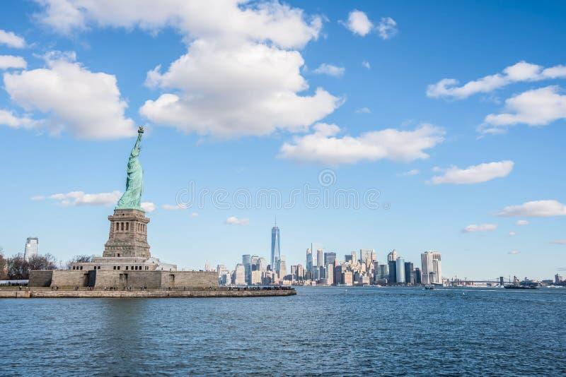 自由女神像有曼哈顿背景,纽约 免版税库存图片