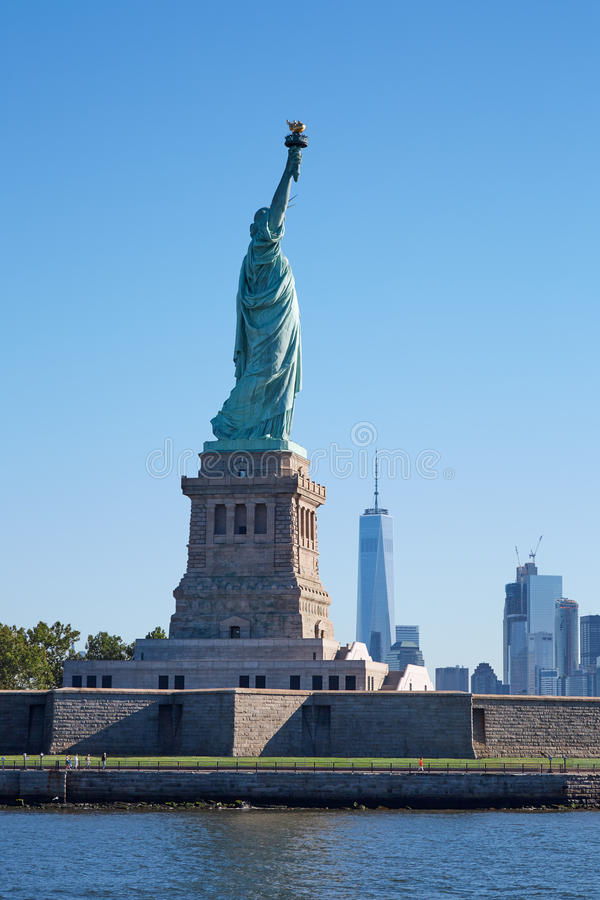 自由女神像海岛和纽约地平线 免版税库存照片