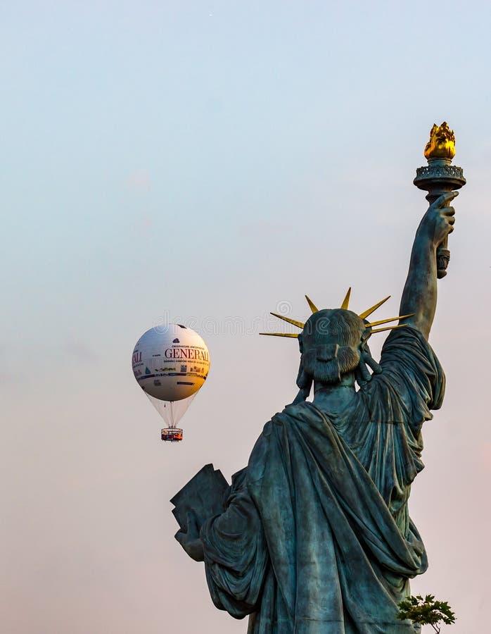 自由女神像的复制品与Javel气球-巴黎,法国的 免版税图库摄影