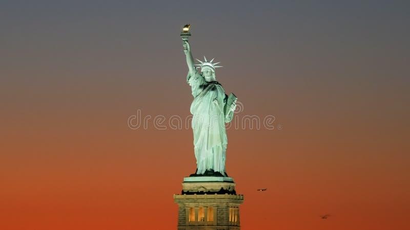 自由女神像的射击的日落关闭,ny 皇族释放例证