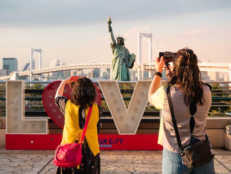 自由女神像的旅游采取的图片在御台场地区,Toky 免版税库存图片