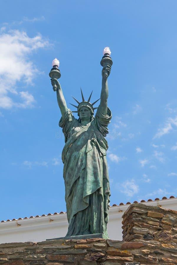 自由女神像,古铜 在1994年由艺术家Bartholdi的Dalinian启发的雕塑 卡达克斯,西班牙 免版税图库摄影