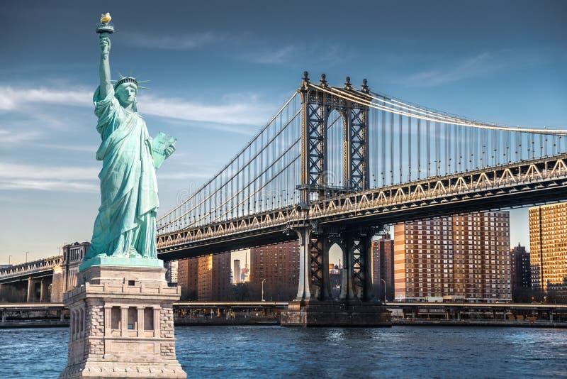 自由女神像,纽约地标有曼哈顿桥梁的 库存图片