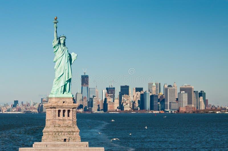 自由女神象反对纽约地平线的 免版税图库摄影