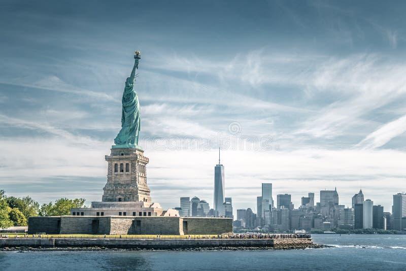 自由女神象和曼哈顿,纽约地标  库存照片