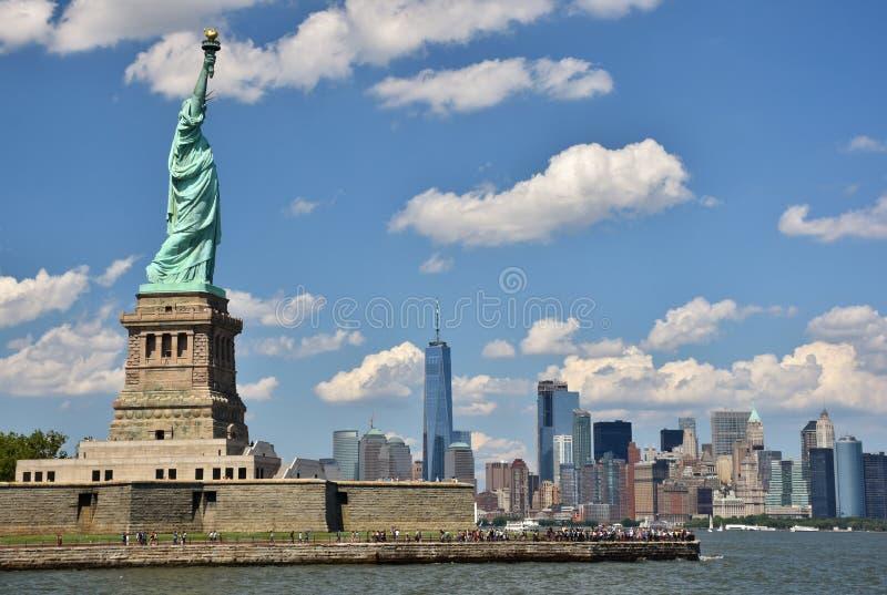 自由女神象和曼哈顿 免版税库存照片