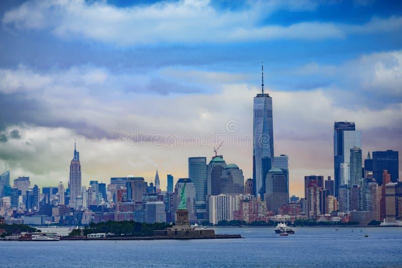 自由女神象和曼哈顿 库存图片