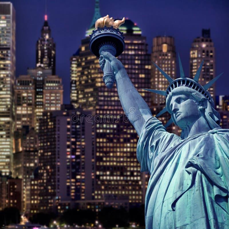 自由女神象在夜,纽约地平线之前 免版税库存照片